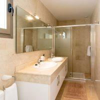 Eltern Badezimmer mit Doppelwaschbecken und großer Dusche. Separate Toilette. Ein weiteres Badezimmer mit Wanne.
